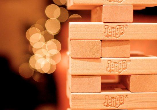 Игроки по очереди достают блоки из основания башни и кладут их наверх, делая башню всё более высокой и все менее устойчивой