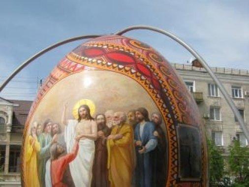В Кировограде разрисовали гигантскую писанку