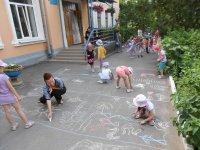 Діти малюють німецькою крейдою