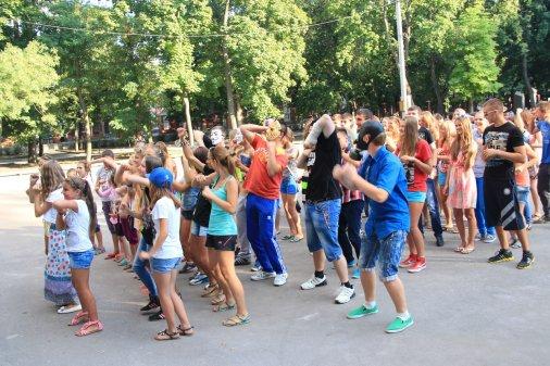 Флеш-моб и дискотека прошлив в Ковалевском парке