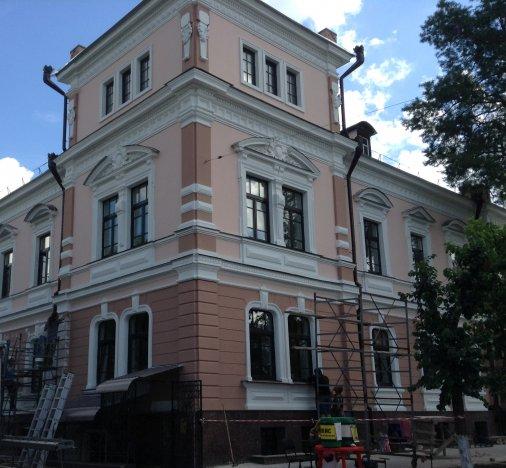 Реставрація будівлі колишнього готелю «Версаль» закінчиться всередині серпня