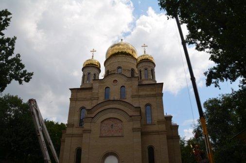 Храм Успения Пресвятой Богородицы увенчан Крестами