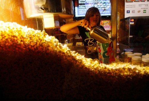 Хрустящая история: Как попкорн стал неотъемлемой частью кинотеатров?