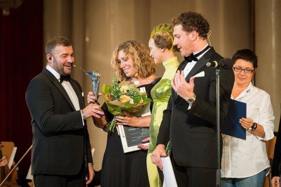 Татьяна Трифонова получает награду