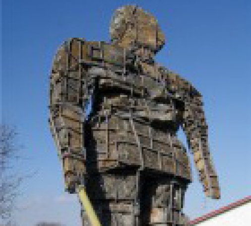 Шестиметровый двадцати восьмитонный памятник установили в Гайворонском карьере
