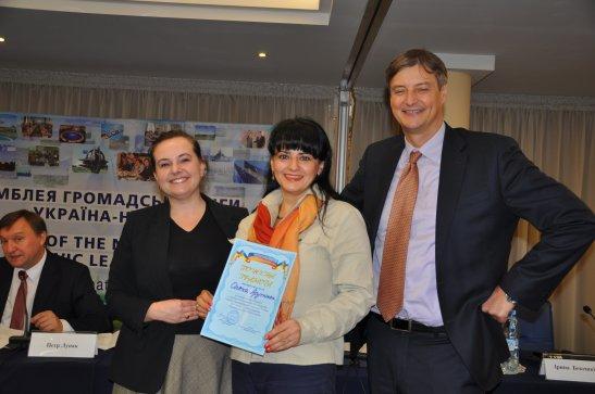 Олена Арутюнян (у центрі)