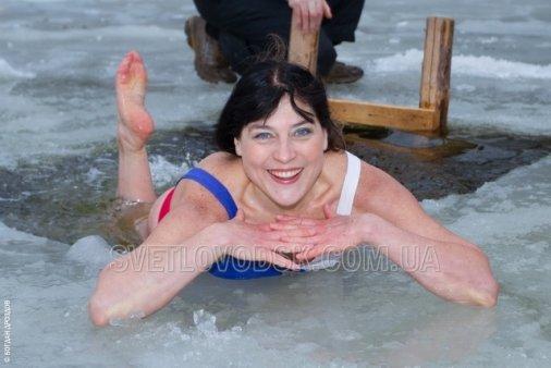 Вона плаває у холодній воді як рибка