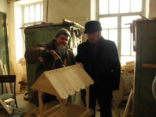 Кіровоградські комунальники роблять годівнички для птахів