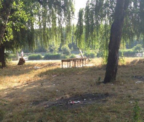Кировоградцы убирали вчера парк Космонавтов
