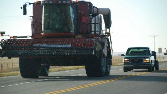 """Транспортна """"тусовка"""": Трактори та комбайни обійдуться без техогляду"""