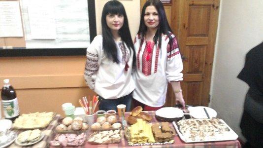 Студенти Кіровоградського інституту комерції частували слодощами