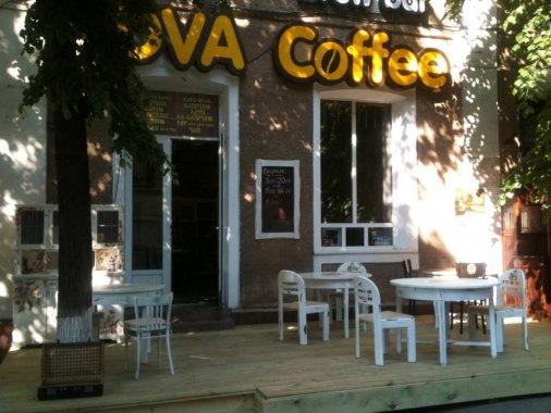 Летняя площадка в стиле Trash Shaby открылась в Dva Coffee