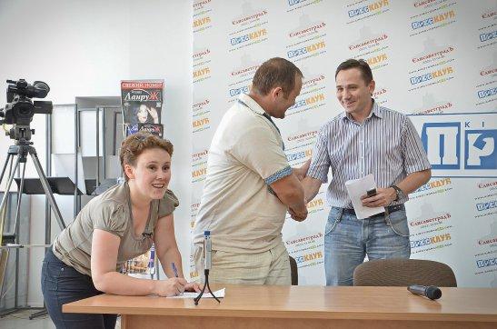 Перед початком засідання прес-клубу Учасники прес-клубу (автор фото - Олена Карпенко)