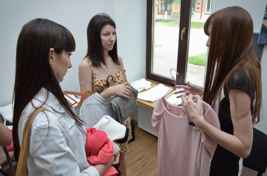 Елена Фоменко консультирует покупательниц
