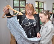 Эльмира Небесная подбирает платье дочурке