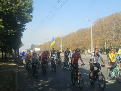 Велосипедисти зібрали грошей на 45 пар спеціальної білизни для солдат