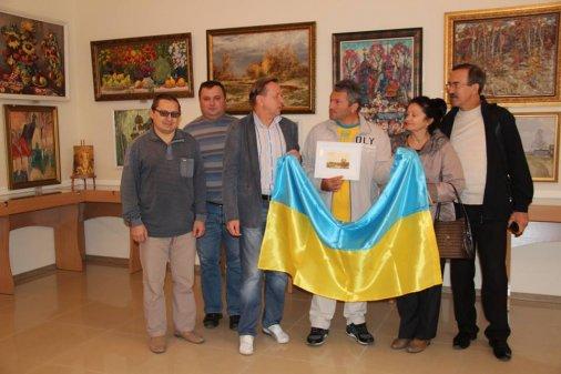 Грузинский пацифист повез флаг Украины из Кировограда по всей стране