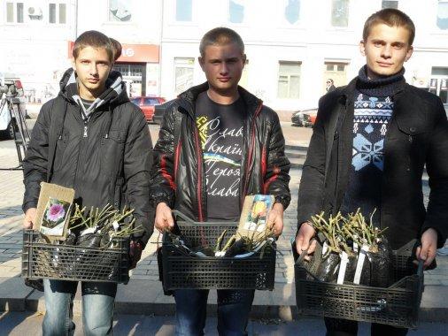 Студенты сажают розы