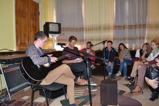 Вуличні музиканти в бібліотеці