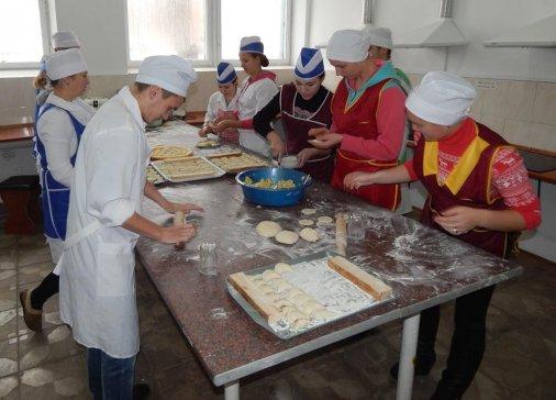 Майбутні кухарі готували смачненьке для воїнів