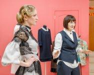 Лидия демонстрирует одно из платьев от Ирины Бровченко