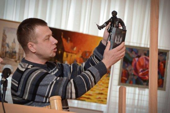 """Олег Шрамко презентує роботу """"Революція"""", автор фото - Олена Карпенко"""