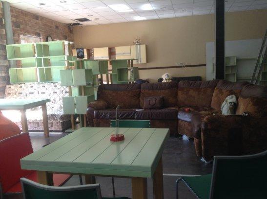 Отдельные столики на 2-3 человека, и диваны на компанию