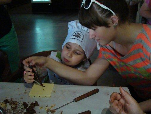 Шоколатьє Ксенія влаштувала «солодкий» майстер-клас для особливих діток