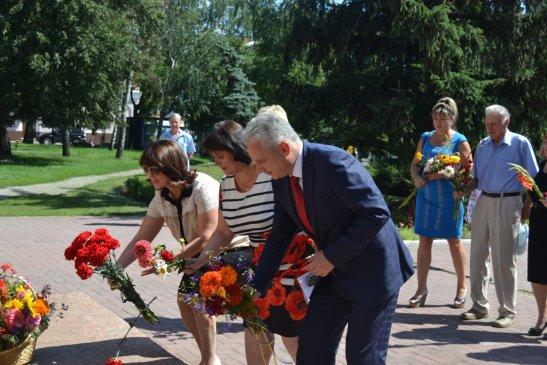 Покладанням квітів до пам'ятника Тарасу Григоровичу