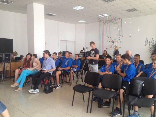 Учасники прес-конференції та спортсмени