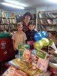 Маріанна Маковей та юні відвідувачі бібліотеки