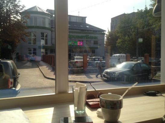 "Вигляд із вікна кафе ""Пудинг"" на ""ПриватБанк"""