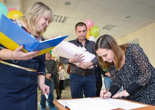 В області розпочали видавати свідоцтва про народження у пологових будинках