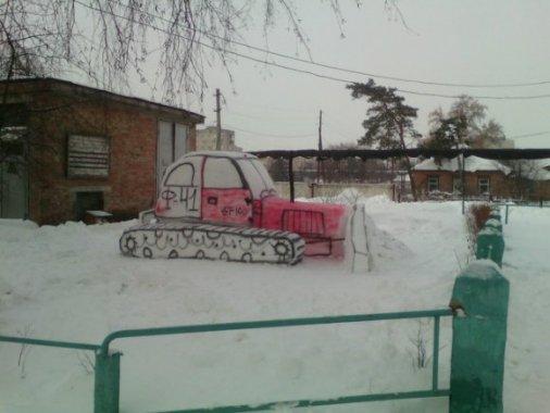 Студенти виліпили зі снігу гігантські фігури