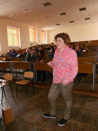 Зоя Богдашова веде тренінг щодо основ створення відеороликів