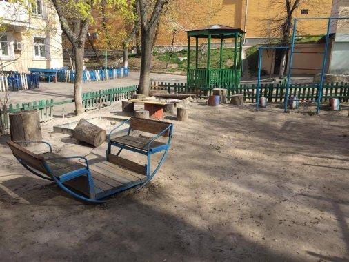 У центрі міста жінки власноруч встановлюють майданчик для діток