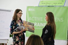 Ірина Ткаченко вручає нагороди