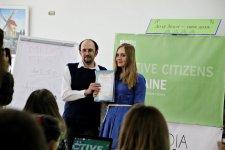 Дмитро Шульга вручає нагороди
