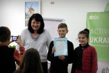 Наталя Фенько вручає нагороди