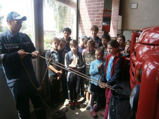 У гості до рятувальників приходять діти з пришкільних таборів
