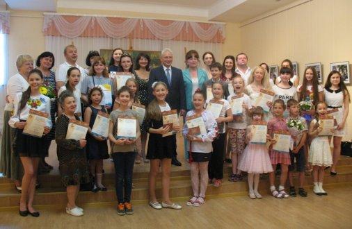 Нагороджені діти, які малювали для лікарні