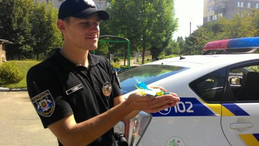 Дошкільнята подарували патрульним жовто-блакитні обереги у вигляді символа миру