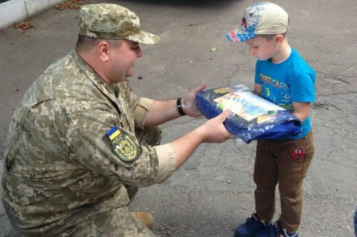 Дітям загиблих військових подарували портфелі