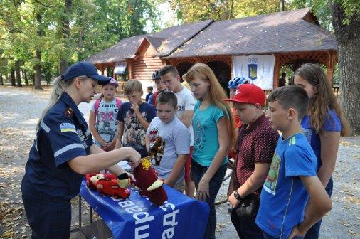 Дітям показали макети вибухових пристроїв, замаскованих під побутові речі