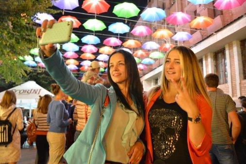 Фотографуйтесь під парасольковим небом та отримуйте призи