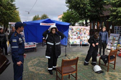 Рятувальники розповіли молоді про безпеку на фестивалі «Бібліомісто щасливих людей»