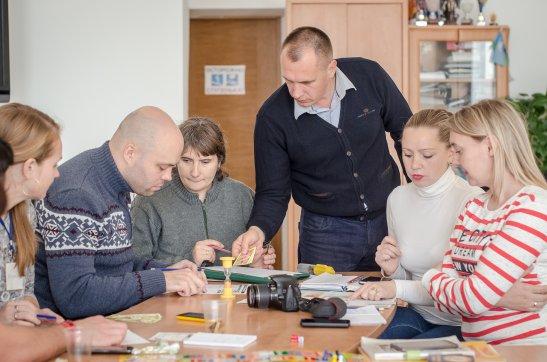 Ведучий та учасники гри Cashflow, автор фото - Олена Карпенко