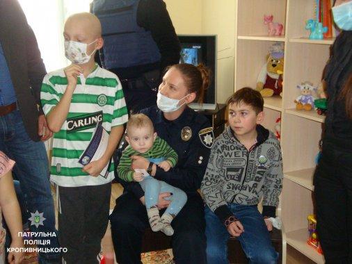 Патрульні привітали із Святим Миколаєм дітей гематологічного відділення Кіровоградської обласної лікарні