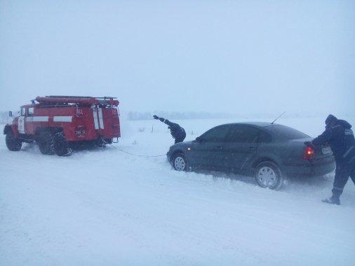 Чверть сотні авто звільнили рятувальники зі снігових заметів