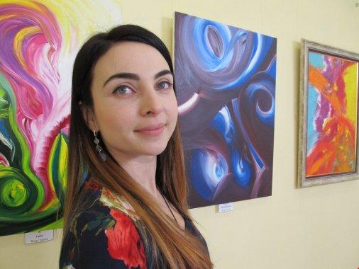Перукарка малює олією емоційні абстракції
